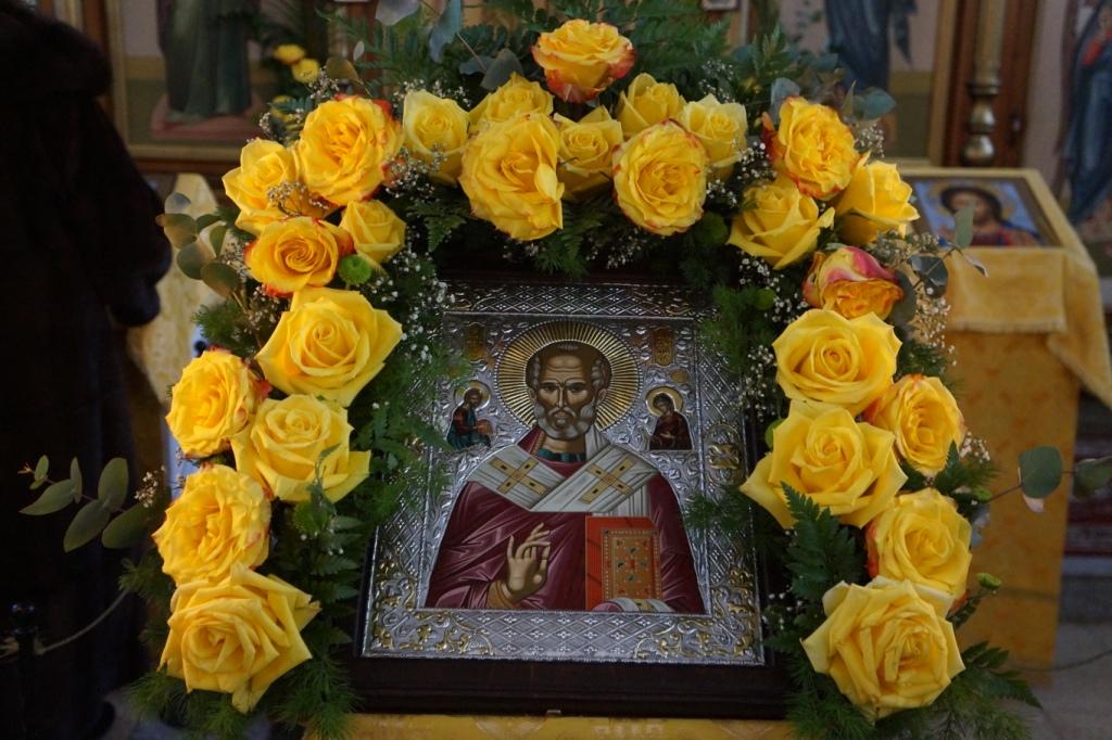 Искусство украшения цветами икон и храмов.   Храм в честь святителя ... e0ae77812de